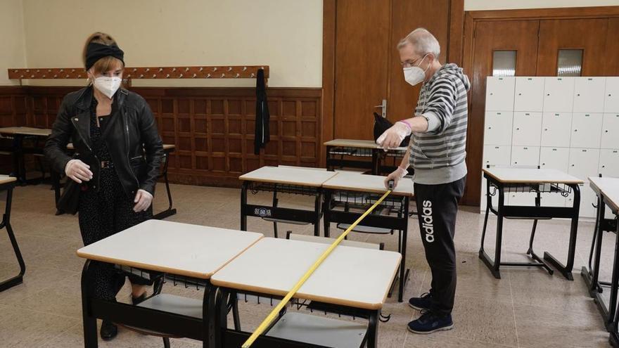 Profesores del colegio Urkide de Vitoria, preparando distancias entre los pupitres