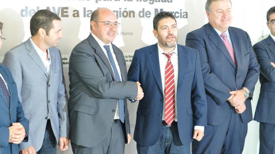 Mario Gómez, Pedro Antonio Sánchez, Miguel Sánchez y Francisco Bernabé durante la firma de su acuerdo sobre el AVE