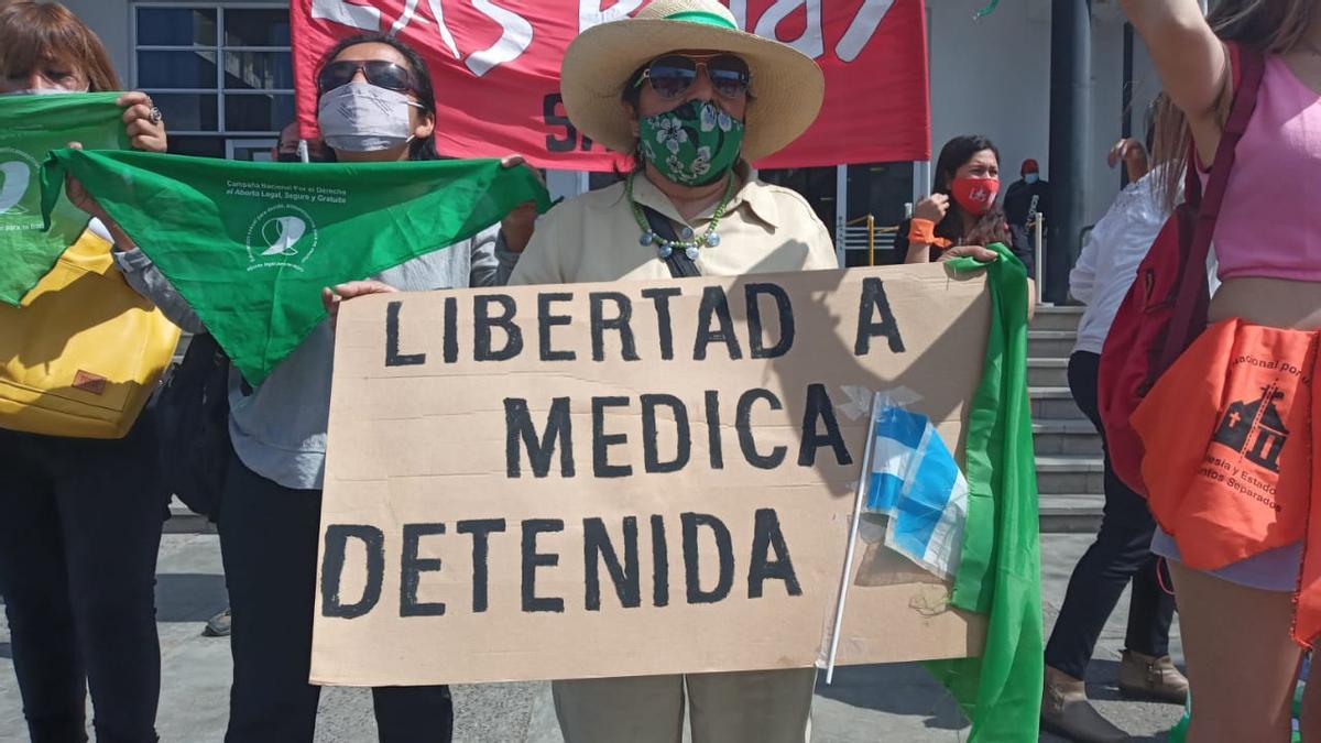 Tras la detención de la profesional, rápidamente se organizaron pañuelazos en Tartagal y la ciudad de Salta.