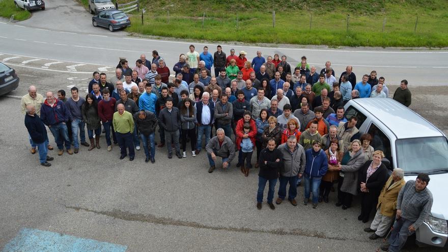 Decenas de ganaderos del Valle de Cabuérniga y Los Tojos protestan por los ataques de los lobos