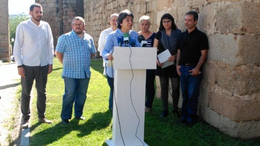 La exdiputada de Podemos por Badajoz Amparo Botejara interviene en el acto junto al resto de candidatos y candidatas de Unidos Podemos / Podemos