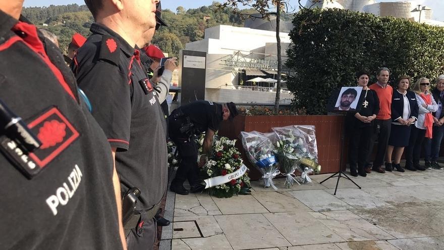 Familiares y compañeros del ertzaina Txema Agirre le rinden homenaje en el 20º aniversario de su asesinato por ETA.