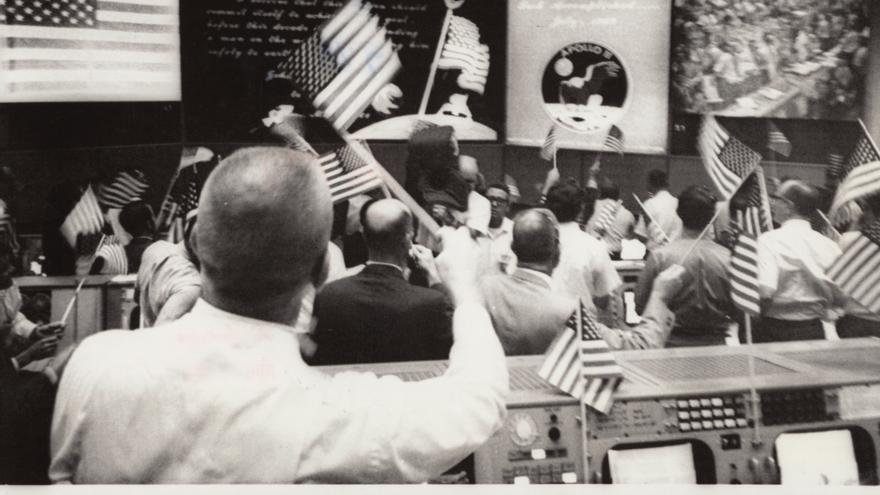 Celebración en la NASA tras el aterrizaje con éxito del Apolo 11, el 24 de julio de 1969.