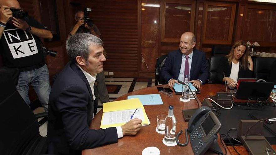 El presidente del Gobierno, Fernando Clavijo (i), y los consejeros de Economía, Pedro Ortega (c), y de Hacienda, Rosa Dávila, durante una reunión del consejo de gobierno