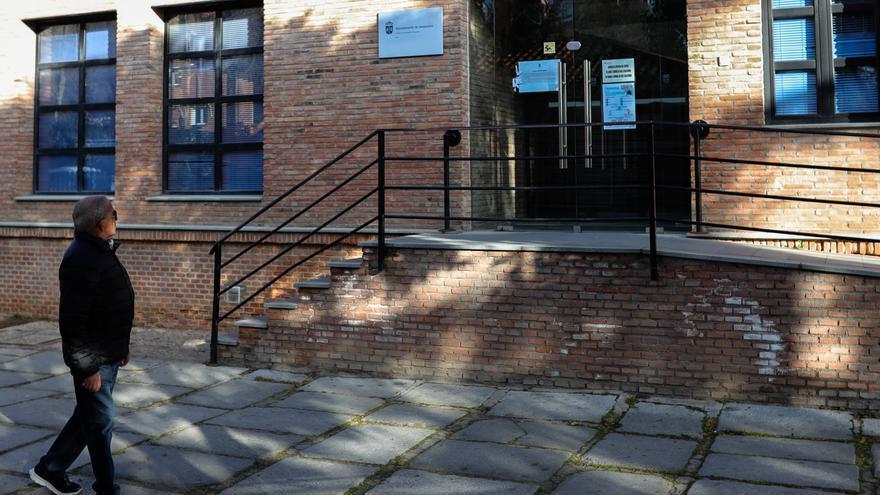 Un hombre pasea cerca de la puerta de entrada al centro de mayores de Valdemoro clausurado tras el anuncio de que un hombre ha fallecido con coronavirus y al menos 16 usuarios han dado positivo