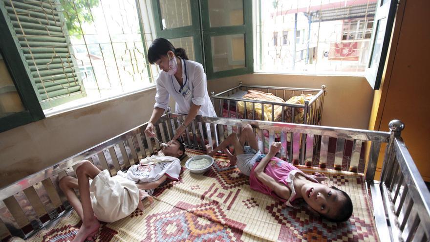 Una enfermera alimenta a niños enfermos por el agente naranja en el orfanato de Ba Vi, a 60 kilómetros al noroeste de Hanoi, Vietnam. Foto: Loung Thai Linh (EFE)