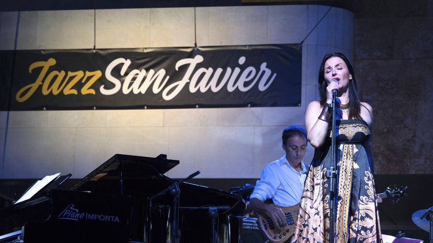 Anna Luna en un momento de su concierto, con el bajista Jordi Fiol