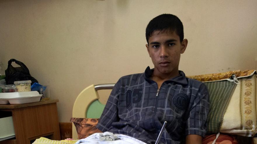 Yalal Fawzi (14 años) en el hospital. Fue disparado por un soldado israelí el 29 de septiembre. El disparo le rompió la tibia y le cortó las arterias. Foto: Isabel Pérez.