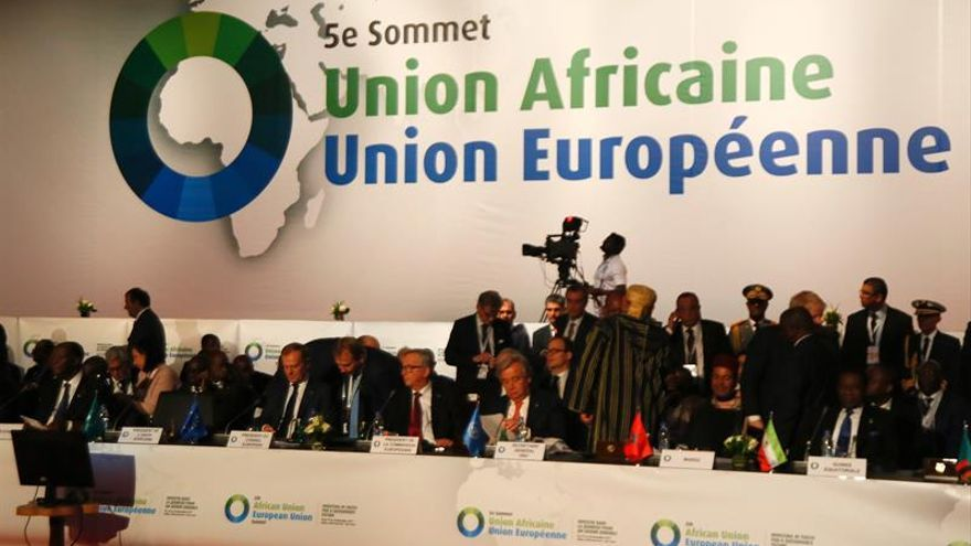 Representantes de la Unión Africana y la Unión Europea ayer durante la 5ª Cumbre de la Unión Africana y Unión Europea (UA-UE), celebrada en Abiyán (Costa de Marfil).