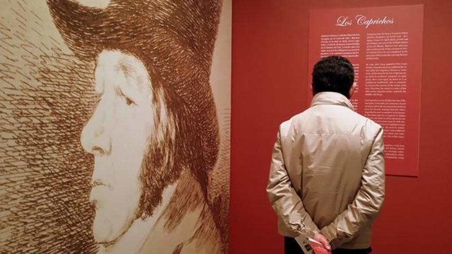 Un visitante en la exposición. 'Los Caprichos' de Goya
