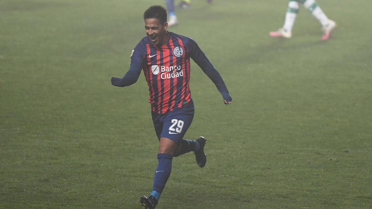 Nicolás Fernández festeja el gol de San Lorenzo en el Nuevo Gasómetro