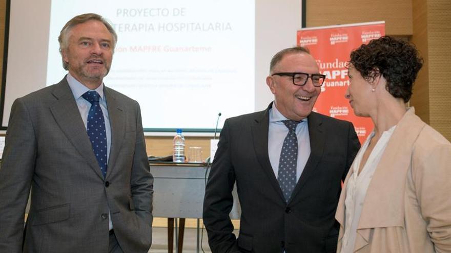 El consejero de Sanidad del Gobierno de Canarias, José Manuel Baltar (c); el presidente de la Fundación Mapfre Guanarteme, Ignacio Baeza (i); y la coordinadora del proyecto de Musicoterapia Hospitalaria, Guacimara Molina (d), presentaron hoy la nueva edición del proyecto de Musicoterapia.