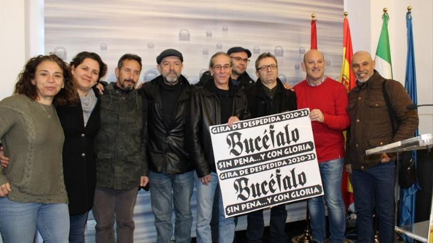La banda ha anunciado su retirada de los escenarios acompañados de Silvia Fernández y Julio César Fuster, concejales del Ayuntamiento de Mérida