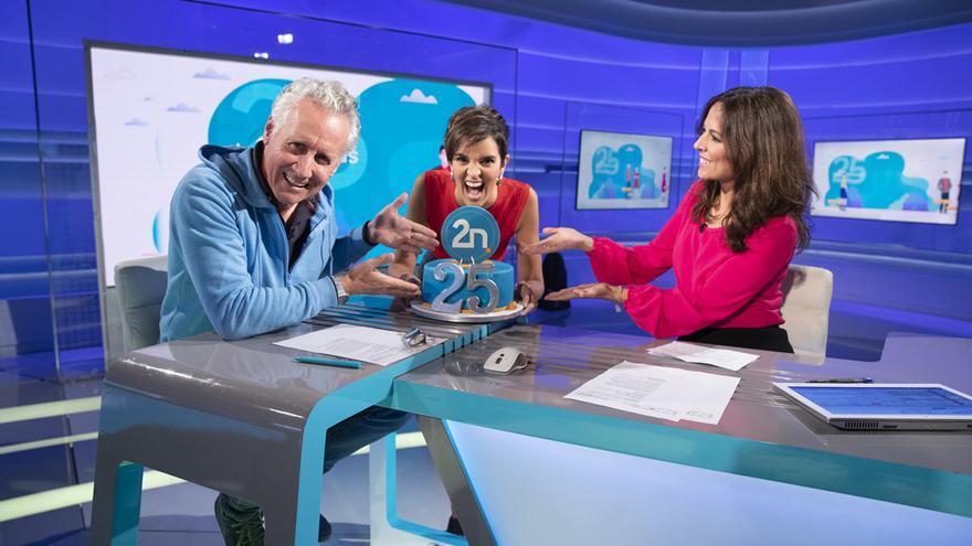 Lorenzo Milá, Paula Sainz-Pardo y Mara Torres celebrando el aniversario de 'La 2 Noticias'