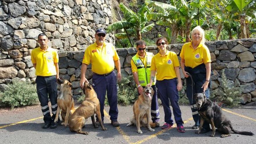 Francisco Hernández, segundo por la izquierda, es el responsable de la Unidad Canina de Rescate de AEA.