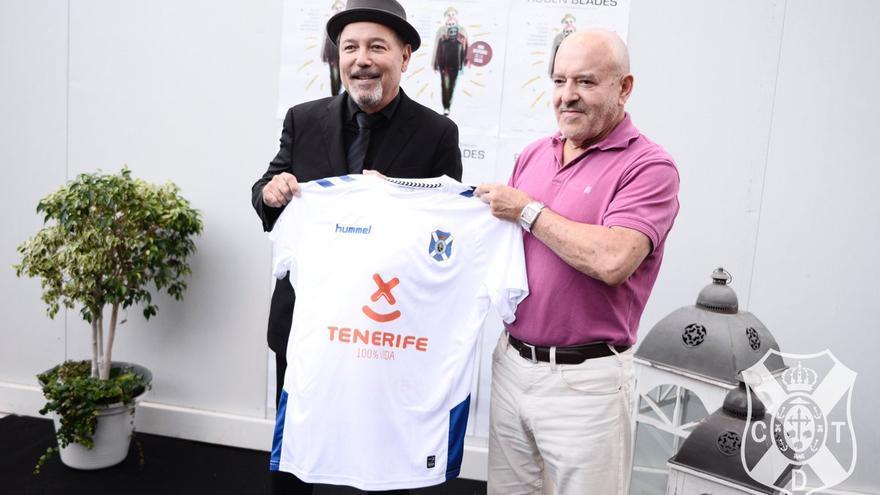 El artista Rubén Blades presenta la nueva camiseta del CD Tenerife