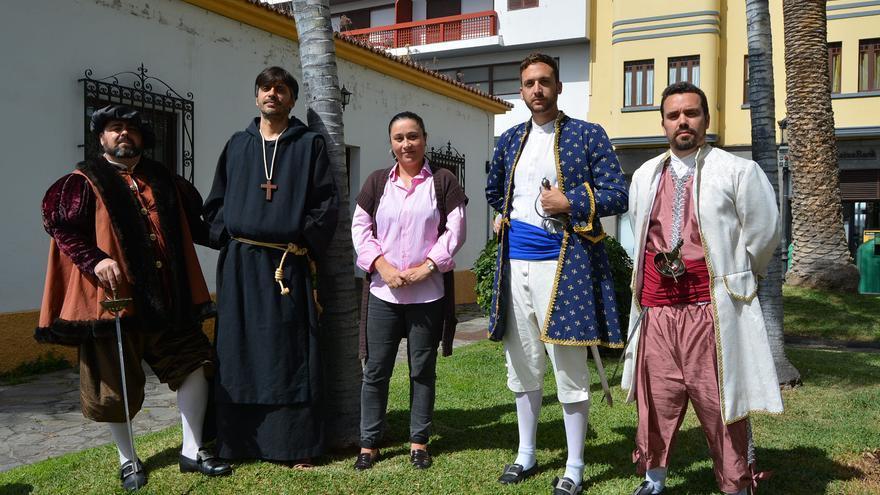 Carmen Brito junto a miembros de la Asociación Día del Corsario.