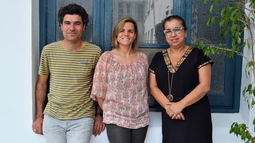 Los técnicos de Proyecto Hombre Cantabria Roberto Verdugo y Raquel Fernández, y la directora Eloísa Velarde. |  Lara Expósito