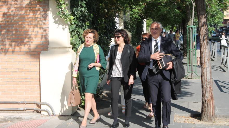 Juana Rivas a la llegada al juzgado acompañada de Paqui Granados y su letrado, Juan de Dios Ramírez