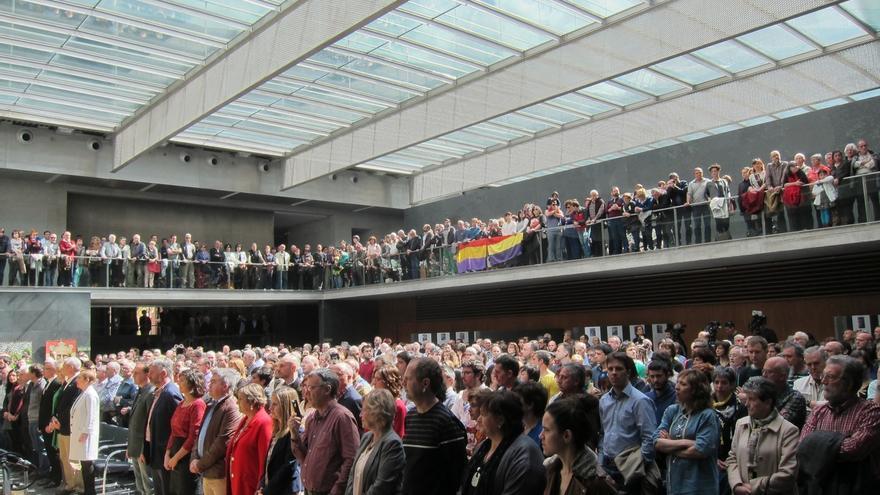 El Parlamento de Navarra rinde homenaje a los representantes públicos asesinados tras el golpe de Estado de 1936