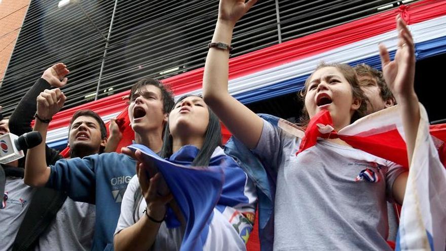 Estudiantes terminan encierro y piden a Cartes posponer su viaje a Argentina