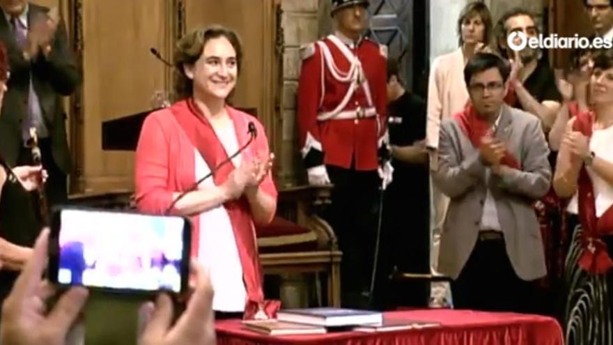 Ada Colau, tras ser investida alcaldesa de Barcelona.