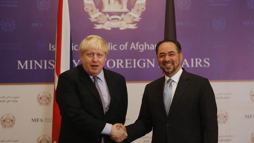 Johnson afirma que Reino Unido seguirá apoyando a Afganistán durante su visita