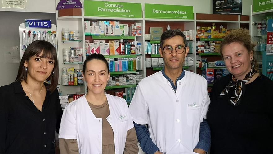 Las autoridades municipales con los responsables de la farmacia.