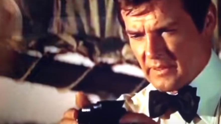 James Bond con un lector de microfilms, soportes utilizados para ocultar información al ojo humano