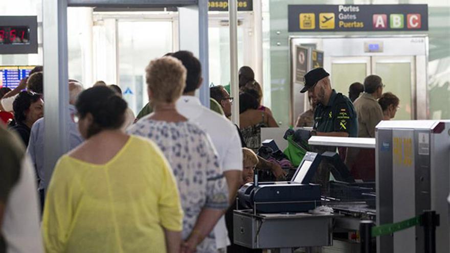 Efectivos de la Guardia Civil en los accesos a las puertas de embarque de El Prat durante la jornada de ayer.