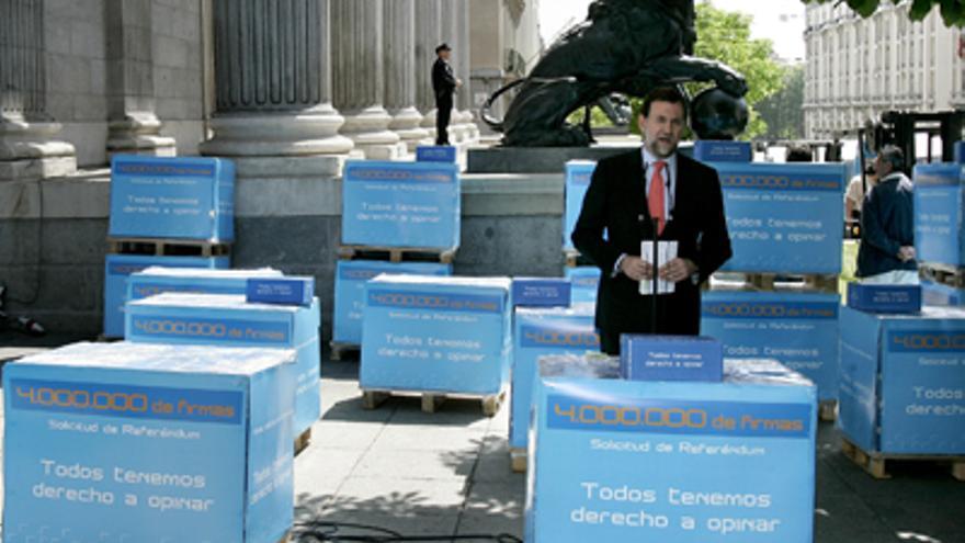 Mariano Rajoy, ante el Congreso, con los millones de firmas que recogió el PP en 2007 contra el Estatut catalán.
