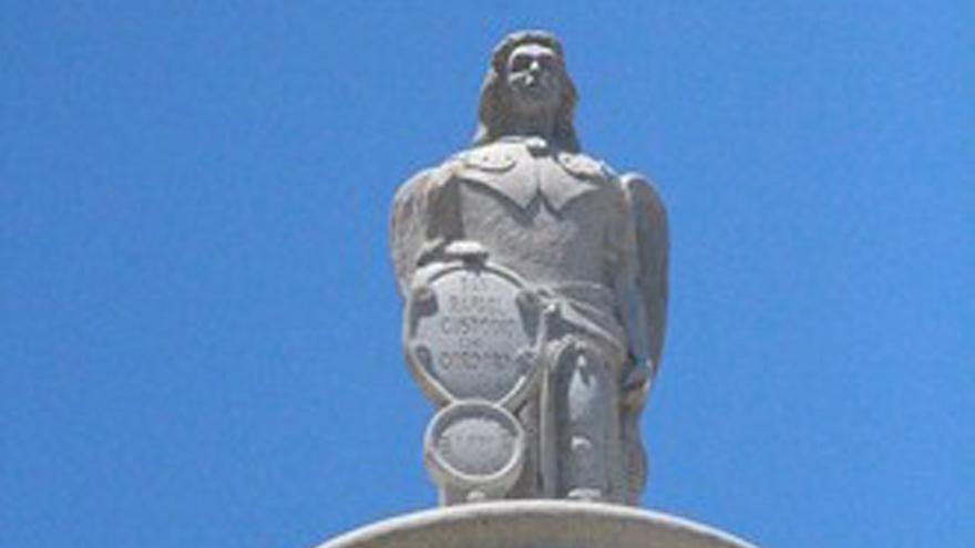 Estatua que corona la plaza de San Rafael de Fuengirola.