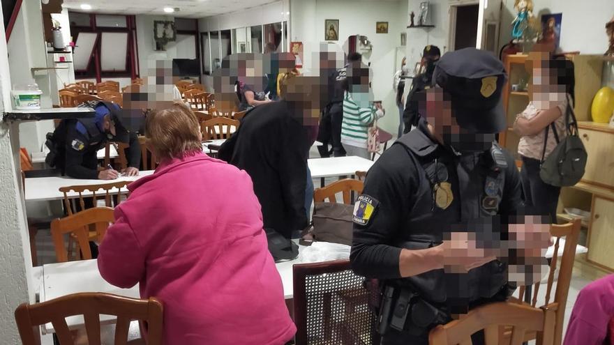 Desalojadas 32 personas de un local en Las Palmas de Gran Canaria en el que jugaban al bingo mientras fumaban en su interior