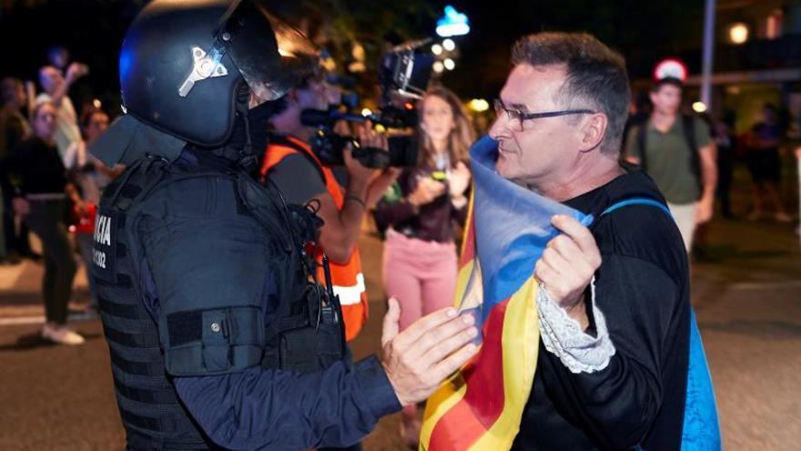 Miembros de los CDR organizan una manifestación bajo los lemas ''¡Vamos a echarlos!'' y ''¡Fuera las fuerzas de ocupación!'', este jueves por la noche al bloquear la nacional II en Calella para echar a la Guardia Civil y a la Policía Nacional de Cataluña.