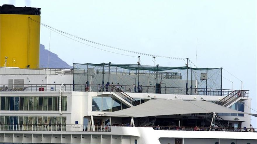 Un buque de Costa Cruceros rescata a marineros de un pesquero chino hundido