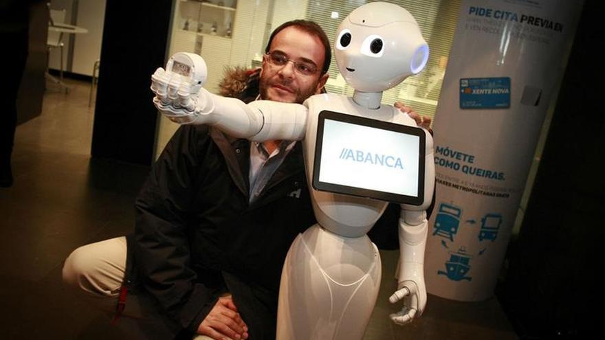 Abanca presenta ahora en A Coruña a R4, su robot colaborador