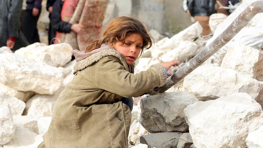 Una niña busca entre los escombros sus pertenencias después de que su casa fuera destruida en Alepo, Siria © Jan A. Nicolas/picture-alliance/dpa/AP Images