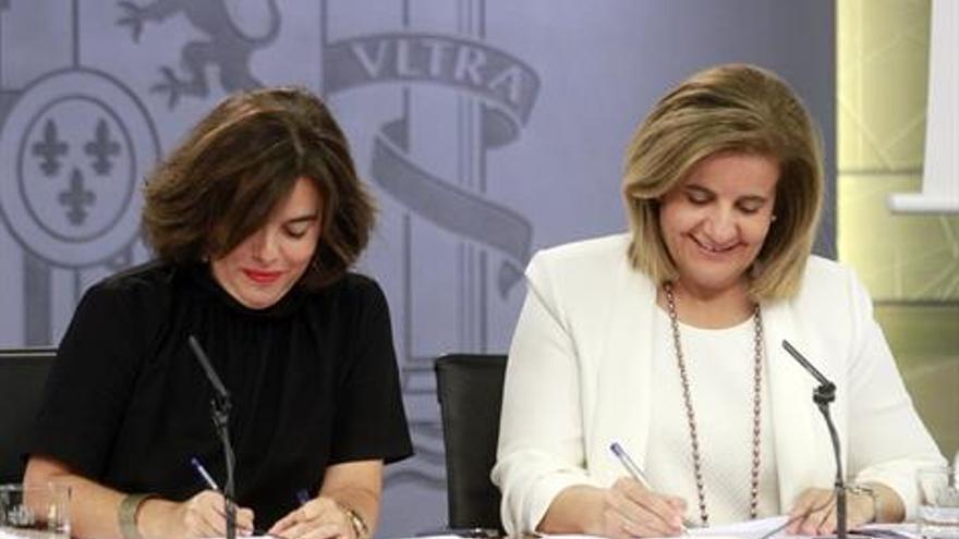 La vicepresidenta y Fátima Báñez, durante el último Consejo de Ministros. / Pool Moncloa. J.M. Cuadrado