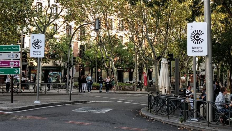 Dos de los carteles de Madrid Central, instalados en Alonso Martínez | SOMOS MALASAÑA