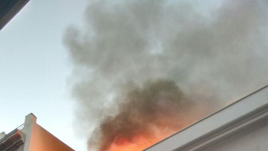 En la imagen, llamas en la parte del edificio que se ha desplomado.