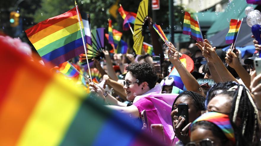 Nueva York celebra un Orgullo virtual, pero miles salen a la calle