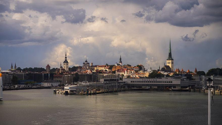 Una bonita vista del puerto de Tallin (Estonia)