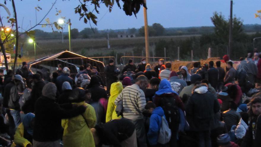 Refugiados se agolpan en la frontera serbocroata, con temperaturas bajo cero (Foto: Miguel Urbán)