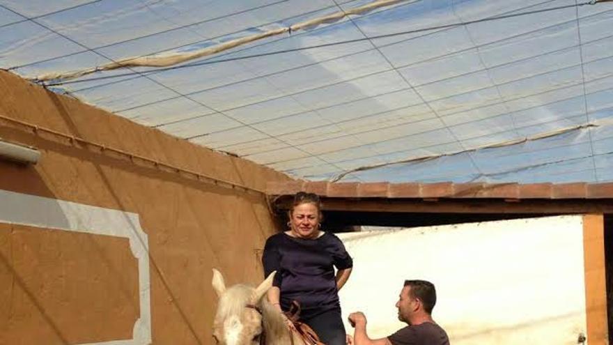 Mari Carmen Castellano recibe clases de equitación de un agente de la Policía Local de Telde.