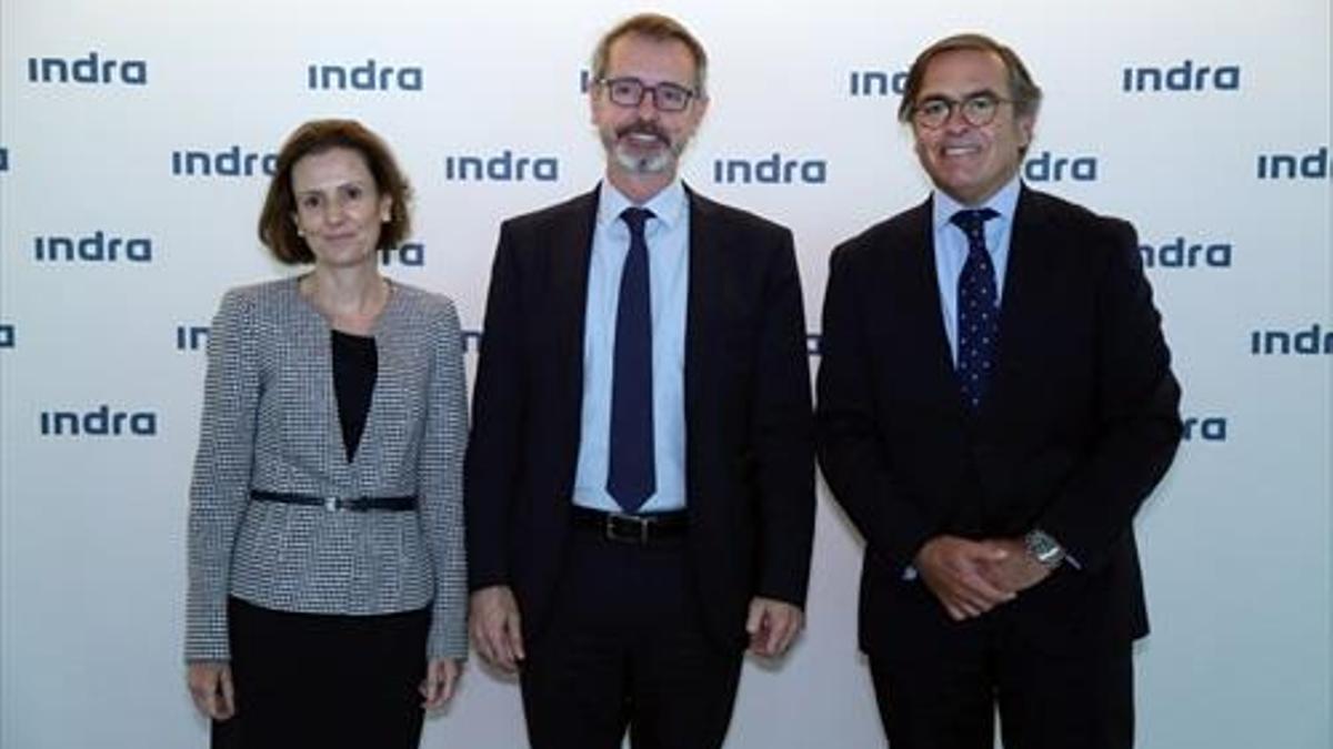 Cristina Ruiz, consejera delegada de Minsait, Mar Murtra, presidente no ejecutivo del grupo, e Ignacio Mataix, consejero delegado de la rama de Transporte y Defensa en la junta de accionistas del grupo, celebrada este miércoles.