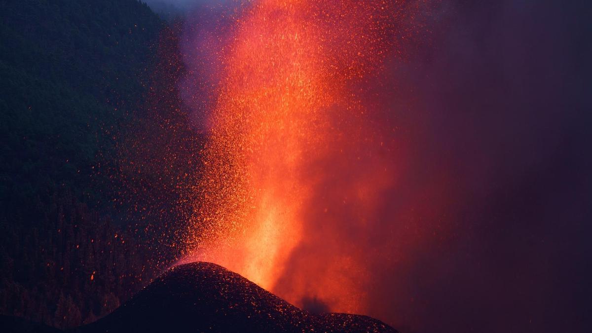 El nuevo volcán que surgió este domingo en el municipio de El Paso, en La Palma, vive su segundo día de erupción y ya se aprecia con claridad la formación de un cono. EFE/Ramón de la Rocha