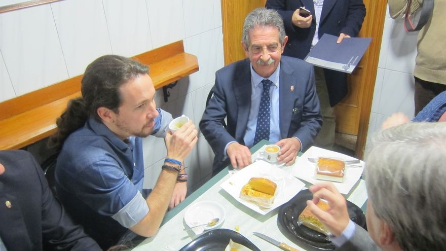 Pablo Iglesias  y Revilla desayunan café y sobaos en Santander y se deshacen en elogios el uno al otro