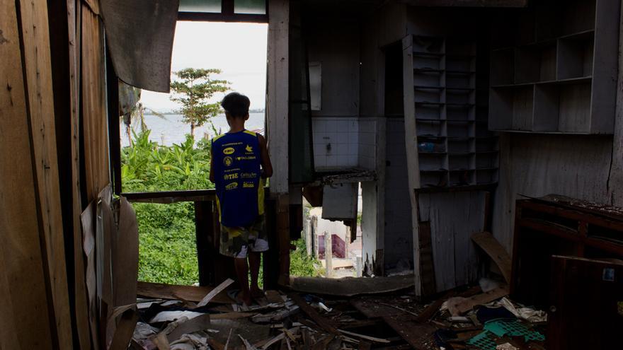 Un niño juega en una casa destruida en el barangay de Magallanes, en Tacloban. Foto: Carlos Sardiña Galache.