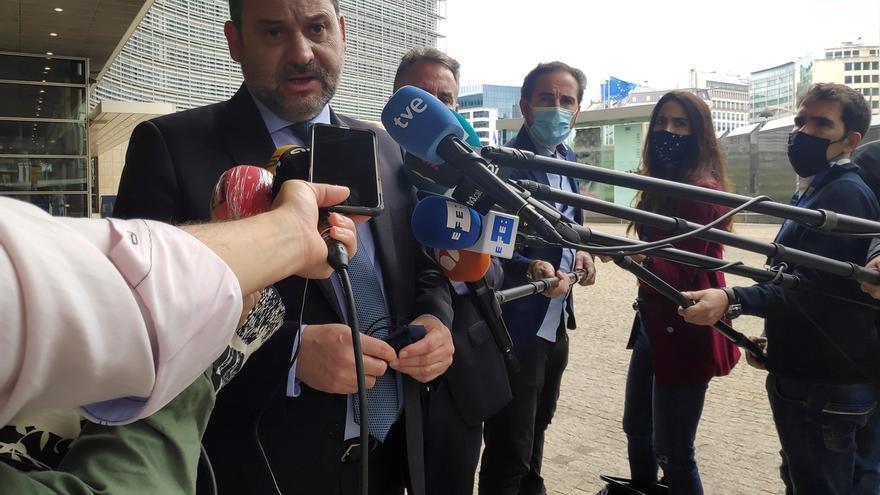 El ministro de Transportes, Movilidad y Agenda Urbana, José Luis Ábalos (i) atiende a la prensa tras reunirse en Bruselas con la comisaria europea de Transportes, Adina Vaelan.