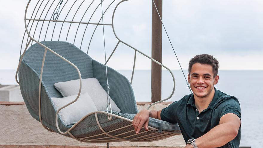 Pablo Pérez con el columpio para exterior que ha diseñado